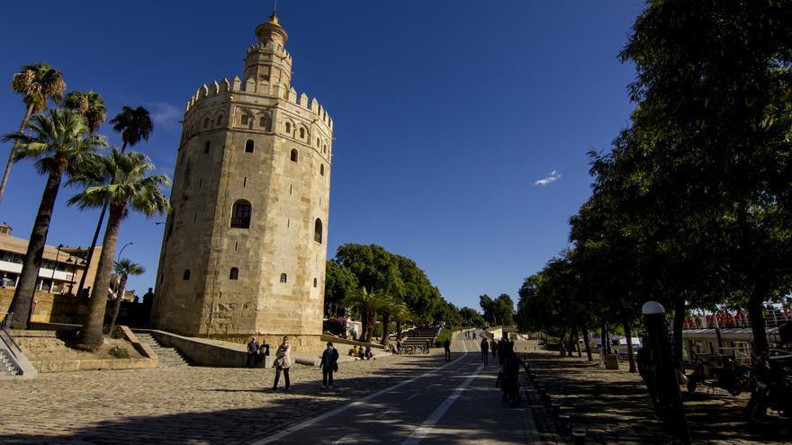 La Torre del Oro desde el paseo que corre junto al Guadalquivir. Viajar Ahora