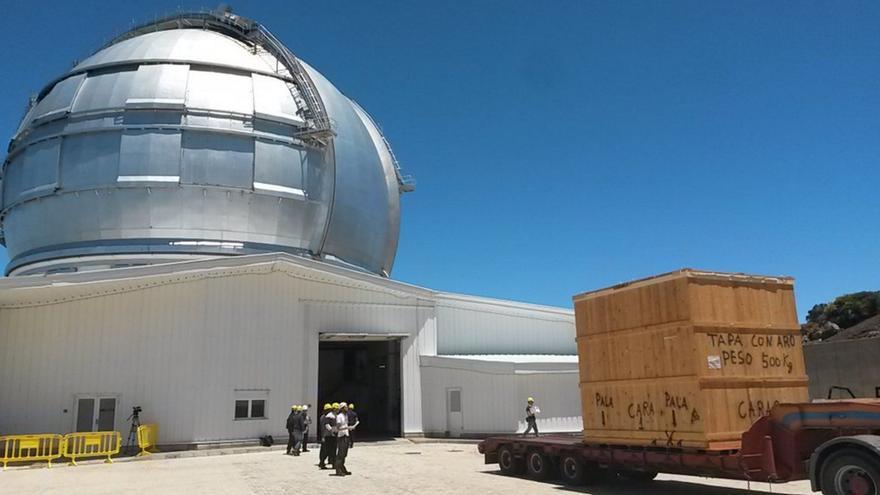 Llegada del Emir (embalado) este viernes a las instalaciones del Gran Telescopio Canarias en el Observatorio de El Roque. Foto: Emir/GTC