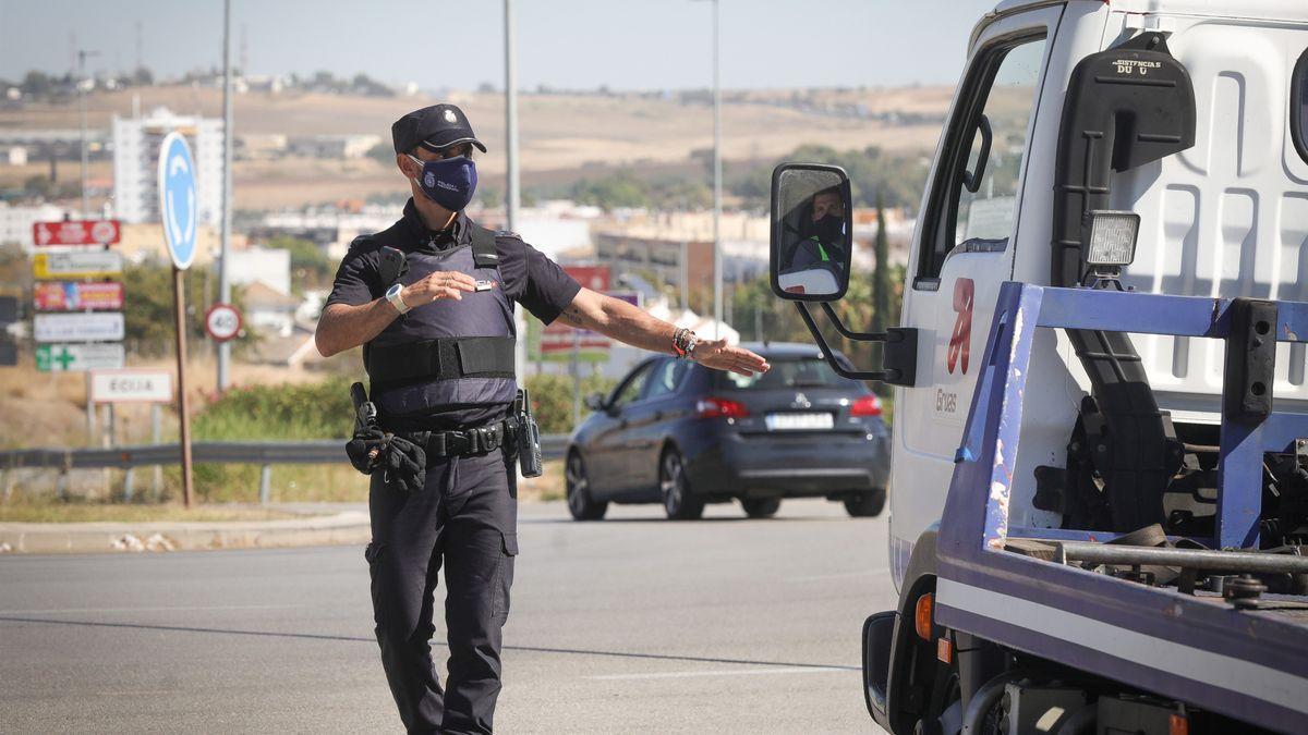 Control policial para garantizar el cierre perimetral, en una foto de archivo