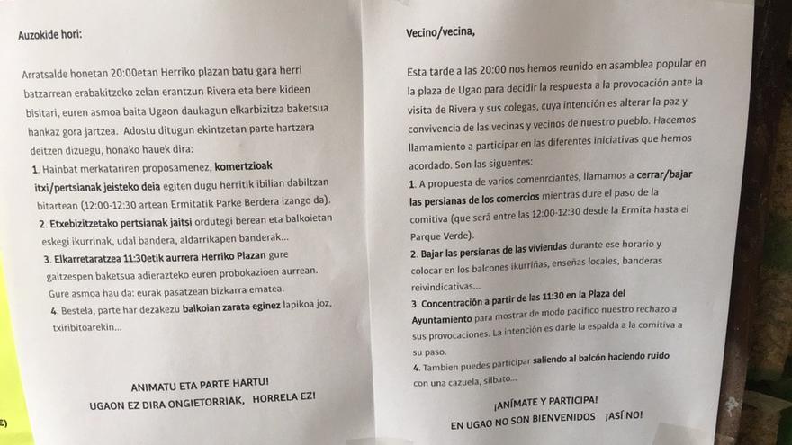 Carteles en los portales llamando a bajar las persianas en viviendas y comercios de Ugao Miravalles