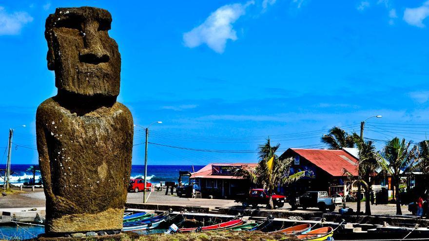 Moai en la bahía de Hanga Roa, en la capital de la Isla de Pascua.