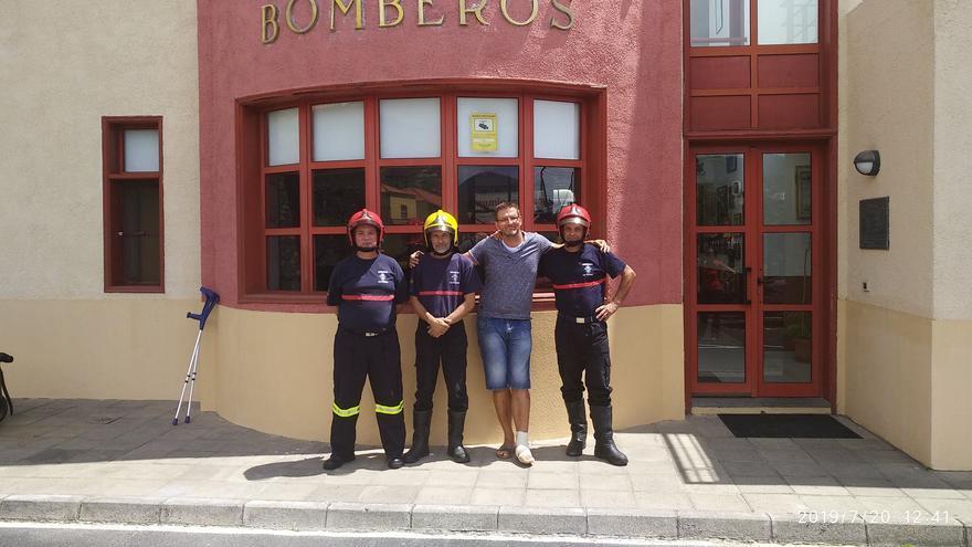 El turista alemán con los bomberos que participaron en su rescate.