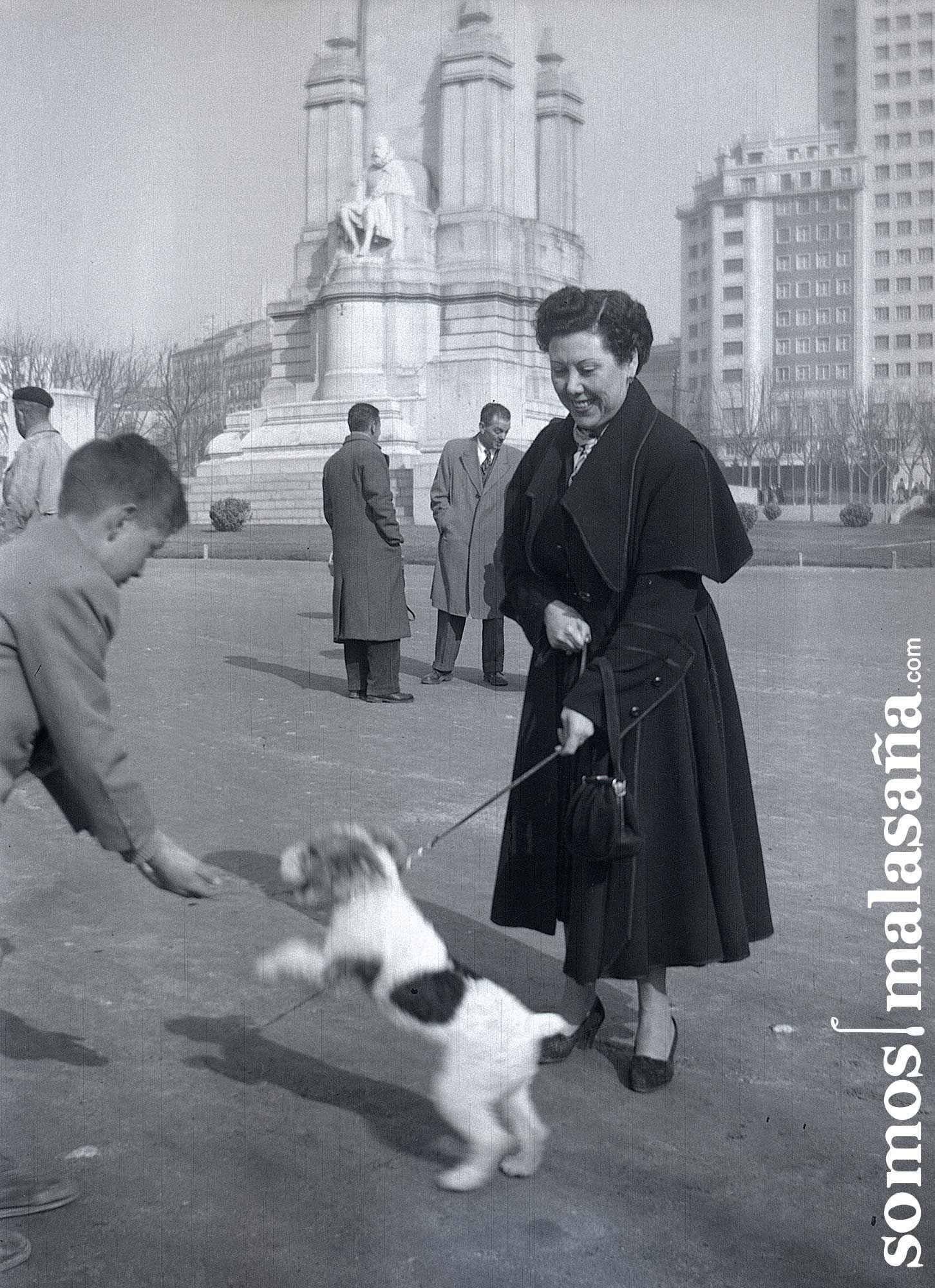 Un niño saluda a un perro en una antigua Plaza de España | TIENES UN TESORO
