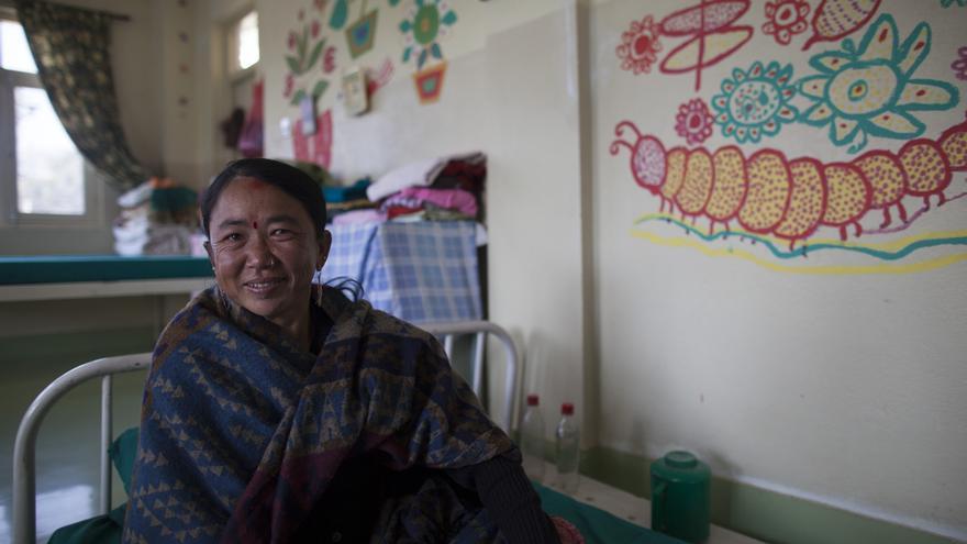 Puspa Rana no sabe la edad que tiene ni de dónde proviene. Sólo recuerda que tenía 12 años y que fue al cine, donde le dieron una medicina para dejarla dormida. Acabó en Bombay. Allí, obligada a prostituirse, era golpeada por los regentes del burdel; la torturaban de tal forma que perdió la movilidad de su brazo derecho. Puspa contrajo el VIH y, cuando fue rescatada por Maiti Nepal y Ayuda en Acción, descubrieron que era seropositiva. Ahora vive en un hospicio junto a otras 30 mujeres que necesitan cuidados especiales por tener una salud delicada o porque han sido rechazadas por sus familias. Foto: Ayuda en Acción / Ofelia de Pablo y Javier Zurita