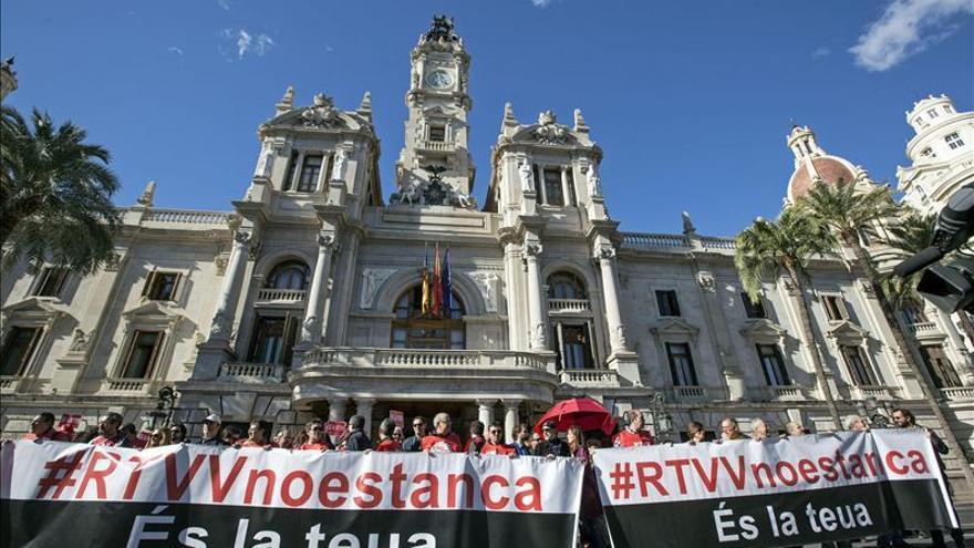 El Comité de empresa de RTVV entrega a la Generalitat su propuesta para no cerrarla