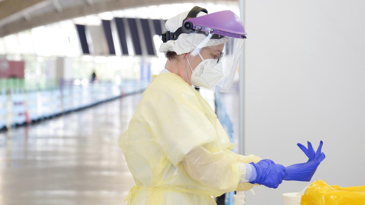 Una sanitaria se prepara para tomar muestras para una PCR
