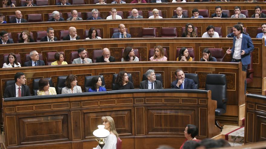 Pablo Iglesias pregunta a Pedro Sánchez durante la primera sesión de control del nuevo Gobierno.
