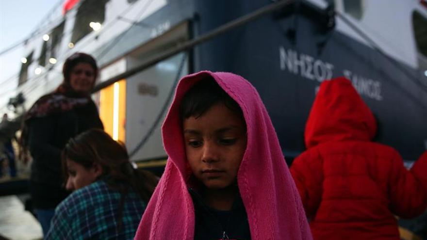 Las autoridades de Lesbos bloquean la descarga de 50 contenedores para refugiados