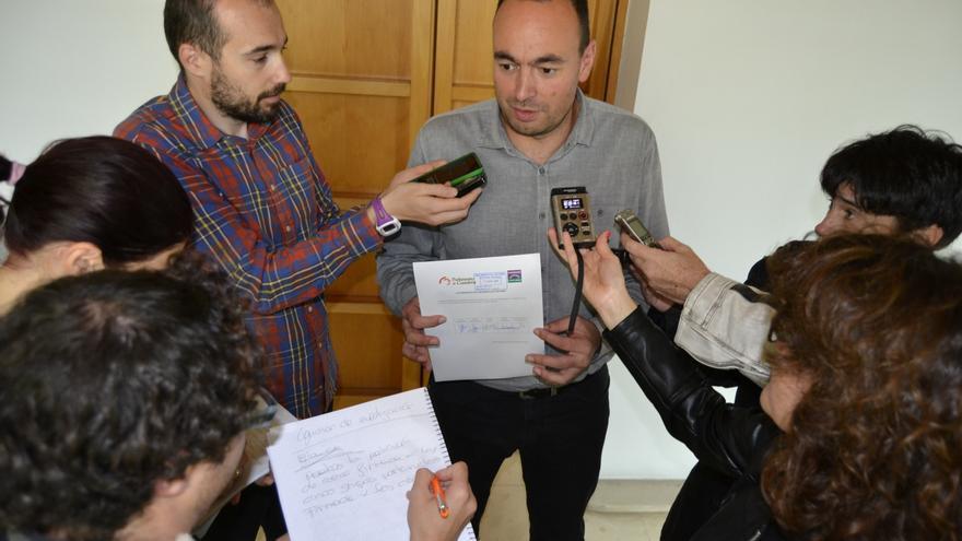El portavoz de Podemos, José Ramón Blanco, atiende a los medios tras registrar la solicitud al Parlamento de Cantabria para que abra la Comisión de Investigación.   Rubén Vivar.