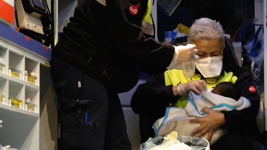 Dos sanitarios cuidan de un bebé recién nacido en el muelle de Puerto del Rosario