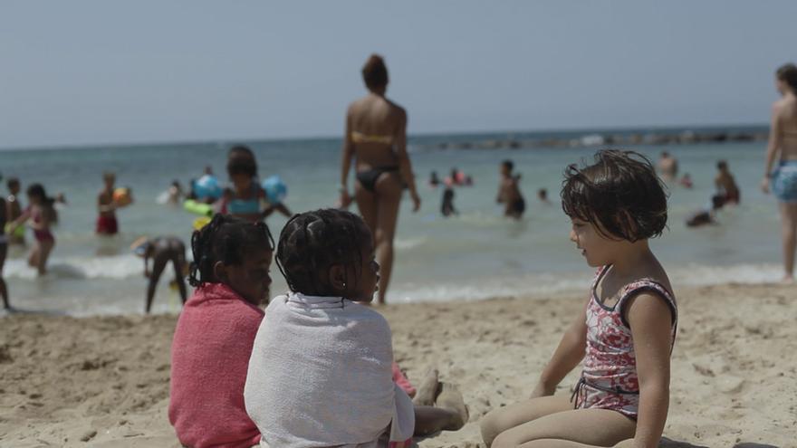 Excursión a la playa durante un campamento urbano de Palma de Mallorca (Gabriel Pecot/Ayuda en Acción)
