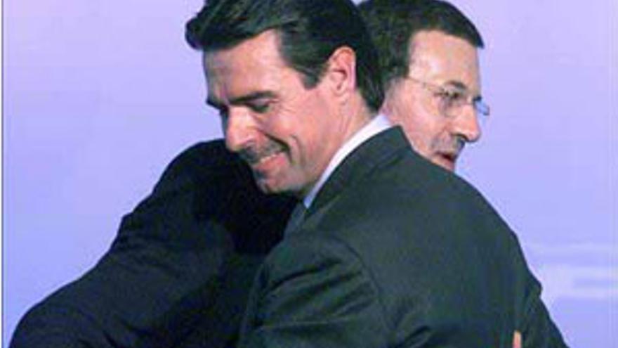 Mariano Rajoy y José Manuel Soria se abrazan en un mítin del partido. (CANARIAS AHORA)