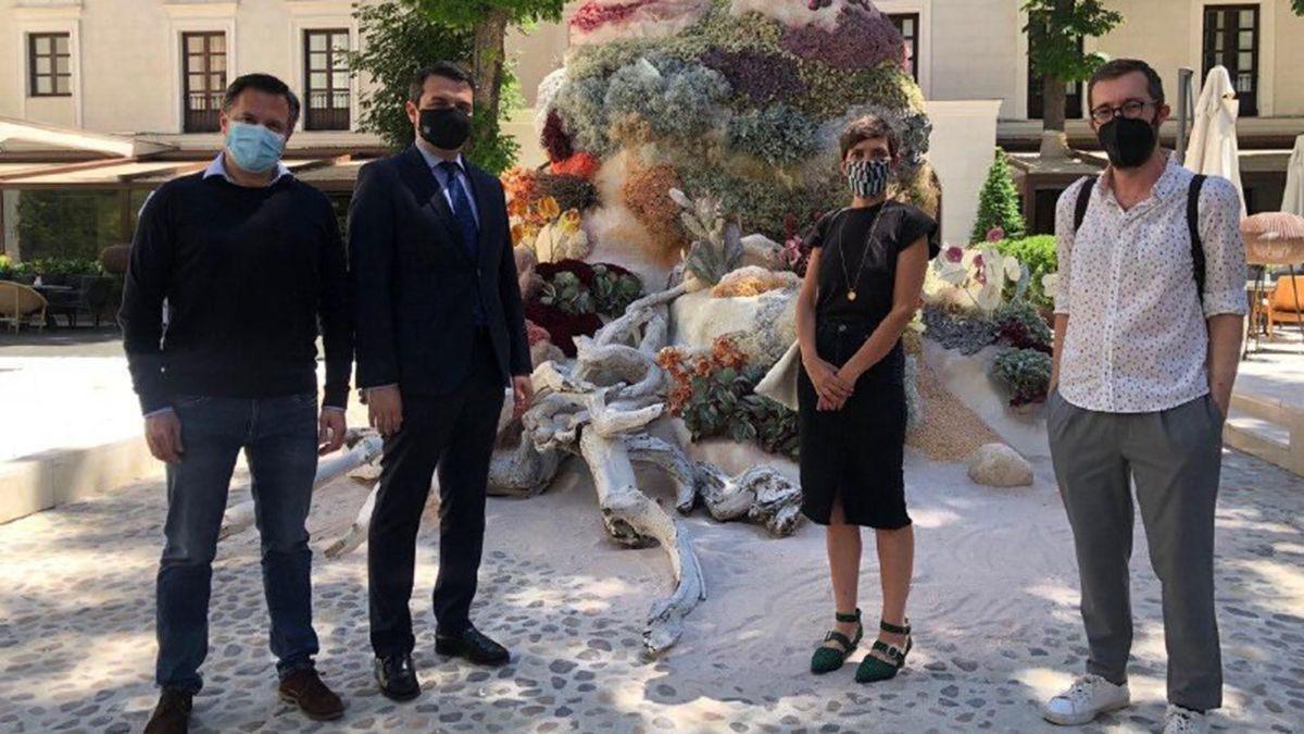 El alcalde de Córdoba visita la instalación de Flora en el Museo Thyssen de Madrid.