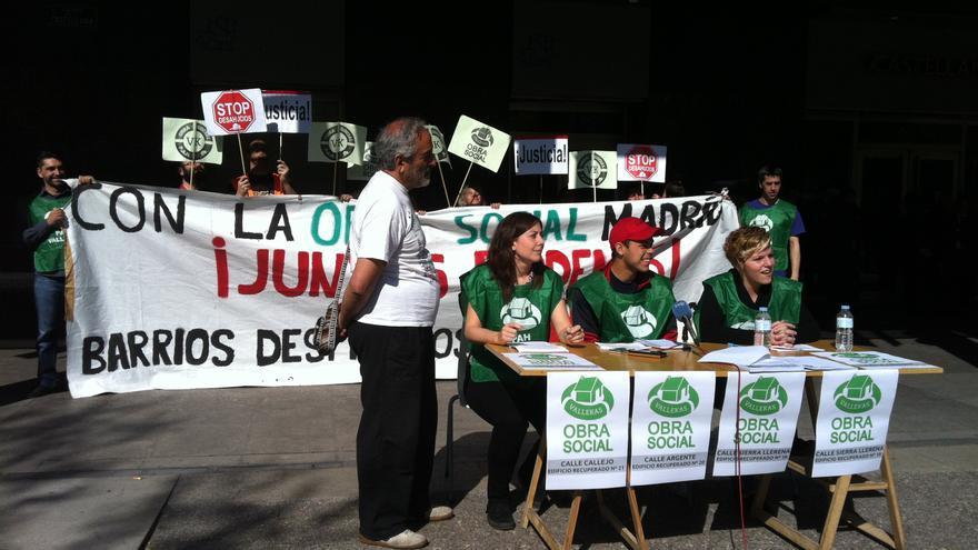 Activistas de la PAH de Vallecas anuncian las okupaciones de edificios en Madrid frente a la sede de la Sareb. /L.O.