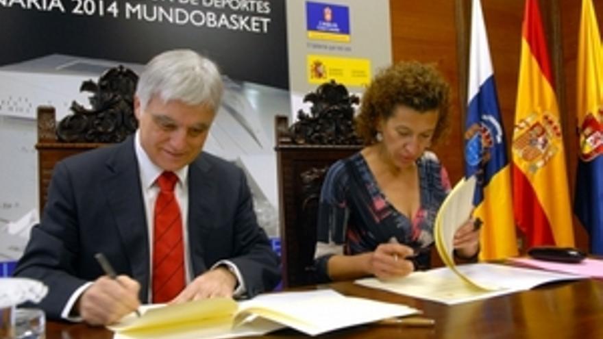 José Miguel Pérez y Milagros Luis Brito rubrican el convenio. (ACFI PRESS)