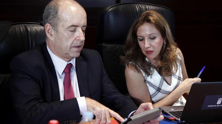 Los consejeros de Economía, Pedro Ortega, y de Hacienda, Rosa Dávila.