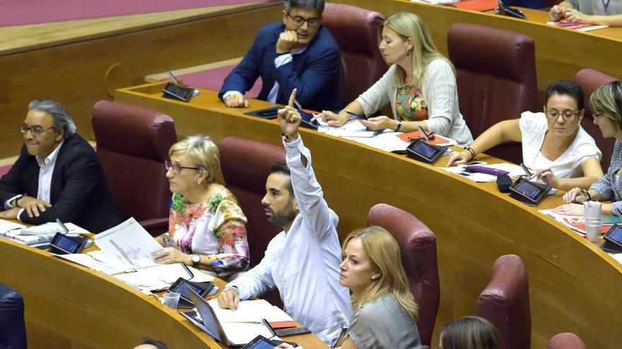 El diputado socialista José Muñoz indica el voto a su grupo en las Corts Valencianes.