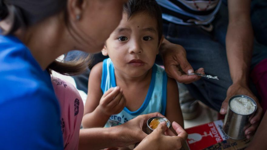 Familias evacuadas y niños del tifón Yolanda reciben las primeras y más básicas ayudas del gobierno y las organizaciones internacionales en Taclobán el 13 de noviembre de 2013./ Fotografía: Acción contra el Hambre/Daniel Burgui