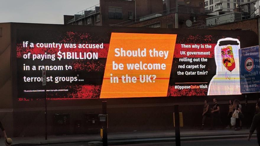 Cartel publicitario en Reino Unido en contra de la visita oficial del Emir de Catar, a quien se acusa de financiar el terrorismo.