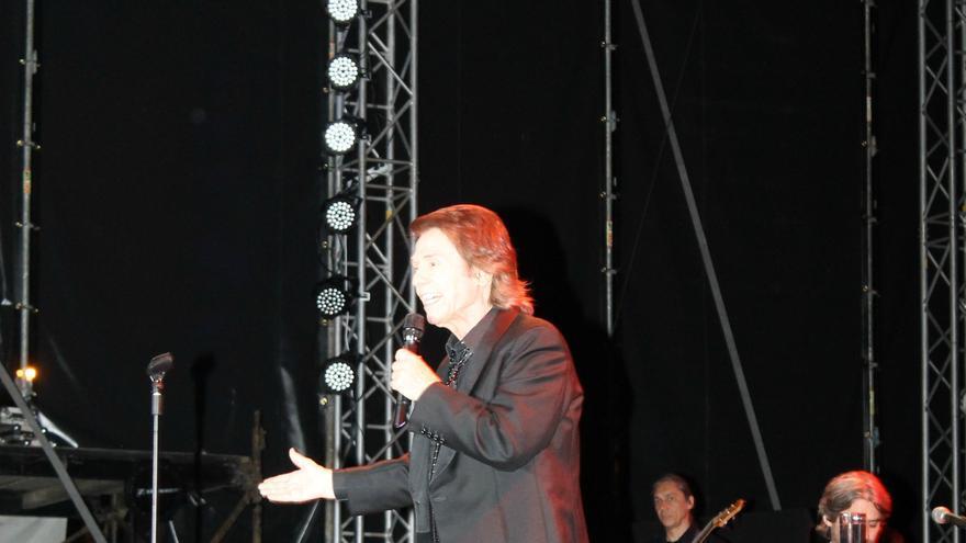 Raphael durante el concierto ofrecido este viernes en el Recinto Central. Foto: FERNANDO RODRÍGUEZ.