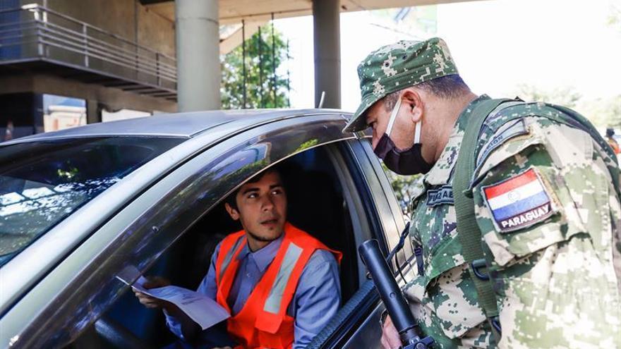 Un militar fue registrado este jueves al solicitarle el permiso de circulación a una persona que se trasladaba en un vehículo, en la ciudad de Fernando de la Mora (Paraguay).