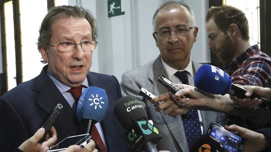 Los consejeros de Justicia de Andalucía y Canarias, Emilio de Llera (i) y Francisco Hernández, respectivamente, hacen declaraciones a los medios al inicio de la conferencia sectorial de Justicia celebrada esta tarde en Madrid. EFE/Kiko Huesca