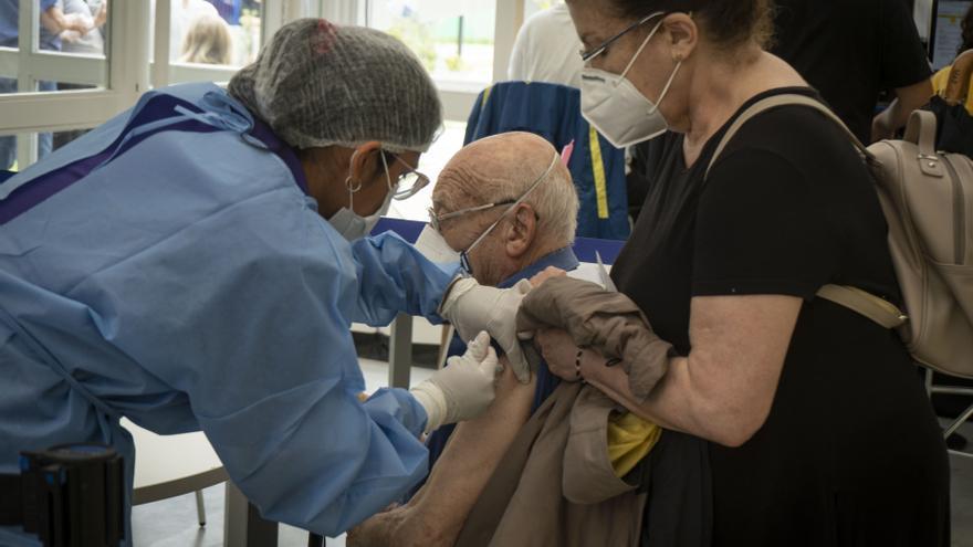Un señor se vacuna en La Boca