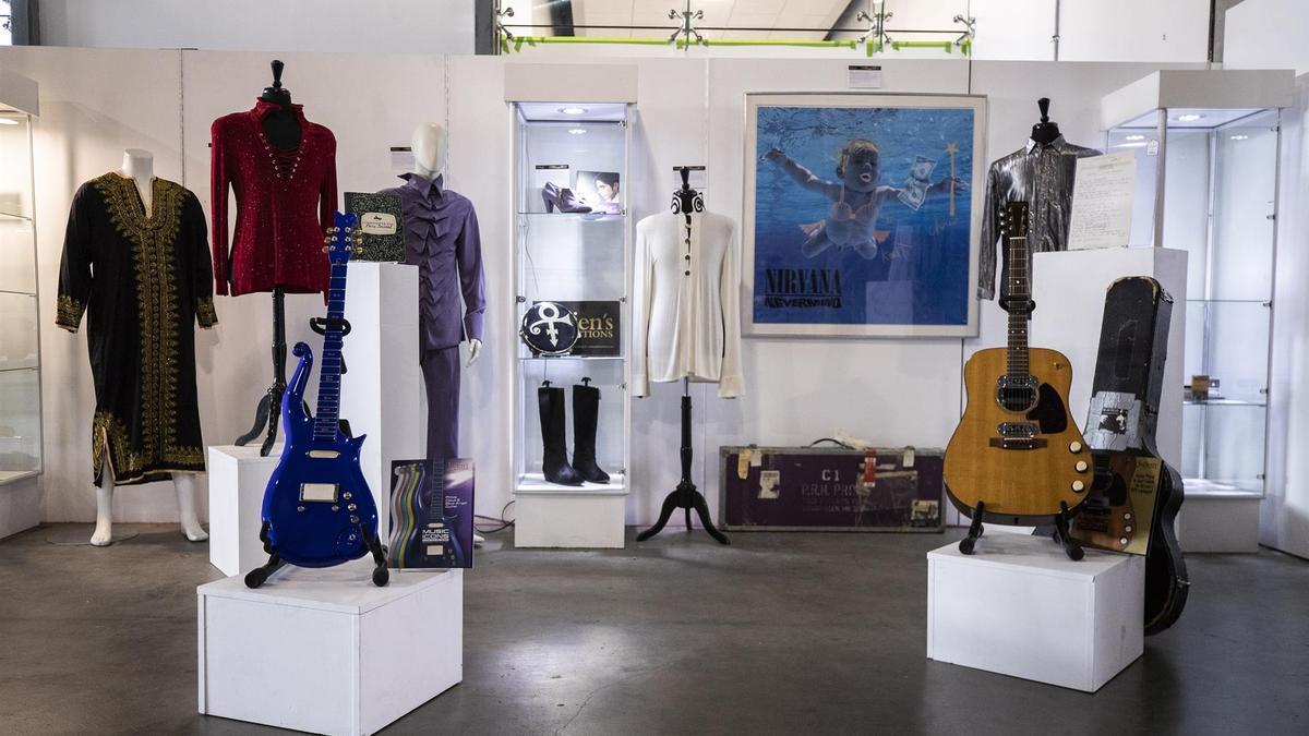 """Exposición sobre Nirvana y su líder Kurt Cobain en EEUU con la portada de """"Nevermind"""" al fondo"""
