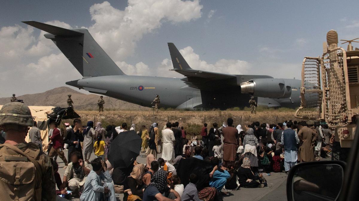 Fuerzas armadas británicas colaboran en la evacuación de ciudadanos afganos en el aeropuerto de Kabul.