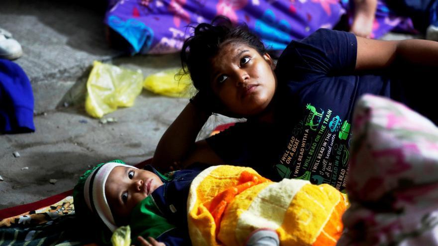 Migrantes hondureños que cruzaron la frontera con Guatemala y se dirigen hacia los Estados Unidos en grupo duermen bajo una carpa en una calle de Esquipulas, Chiquimula afuera de la Casa del Migrante que se encuentra llena, el miércoles 16 de enero de 2019.
