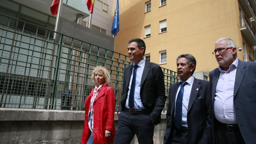 Pedro Sánchez a su llegada a la sede del Gobierno de Cantabria.   NACHO ROMERO