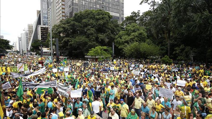 Miles de personas participan en la manifestación contra la presidenta brasileña en la ciudad de Sao Paulo (Brasil). EFE