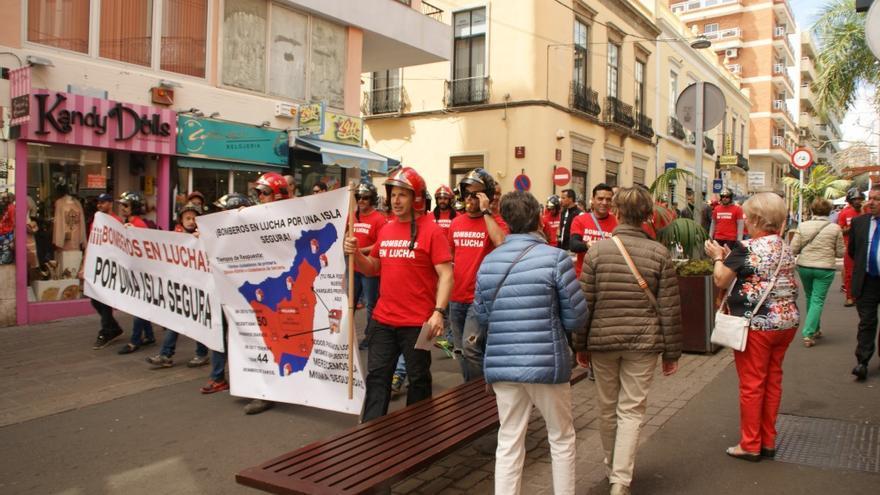 Varias mujeres animan a los bomberos a su paso por la calle Castillo