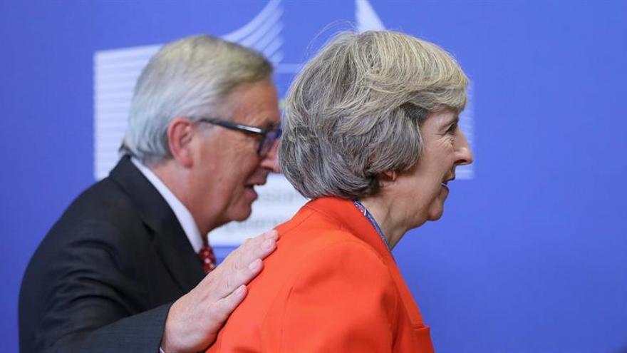 """May se reúne con Juncker y Barnier para abordar el """"brexit"""""""