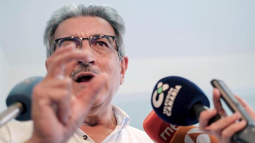 El presidente de Nueva Canarias, Román Rodríguez, tras la reunión de la Ejecutiva Nacional de su partido celebrada este lunes en la capital grancanaria. (EFE/Ángel Medina G.)