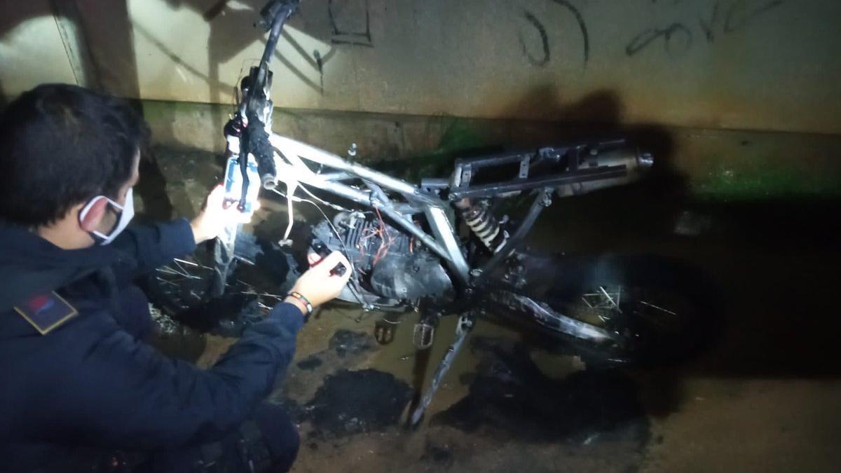 Un bombero, con la motocicleta quemada