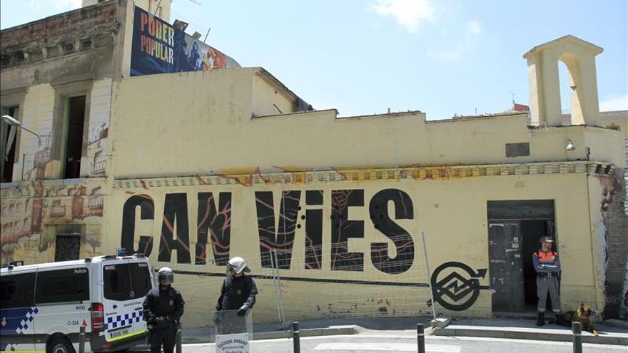 La policia vigila el local de Can Vies, en Barcelona