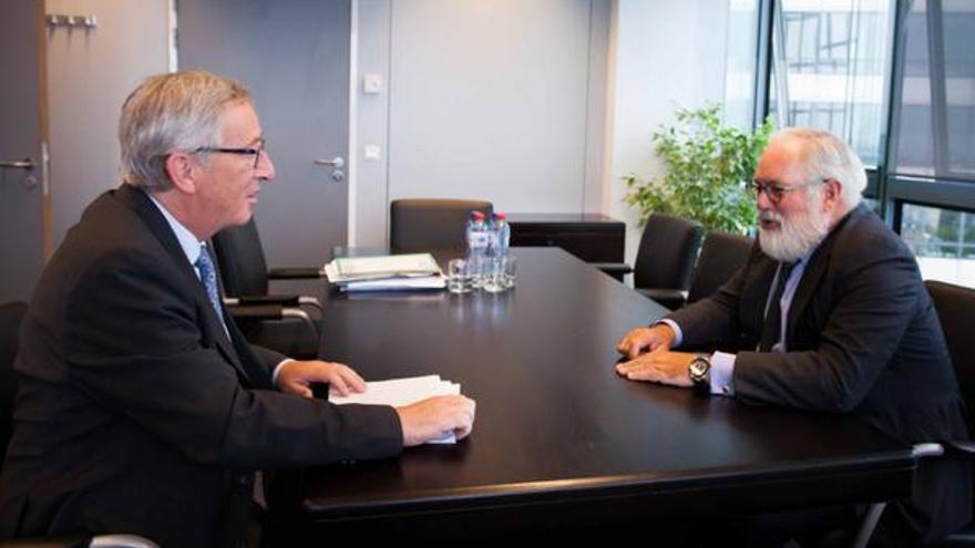 Juncker adjudica los cargos y los candidatos, como Arias Cañete, desfilan para ver qué les toca.
