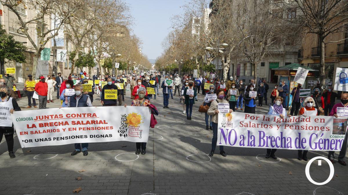 La Plataforma Ciudadana para la Defensa del Sistema Público de Pensiones en una concentración con el lema 'Eliminación de la brecha de género'.