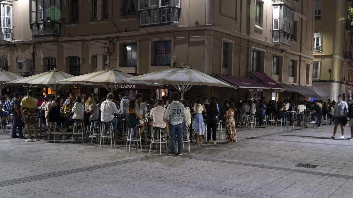 Clientes en terrazas en Cañadío (Santander). Archivo