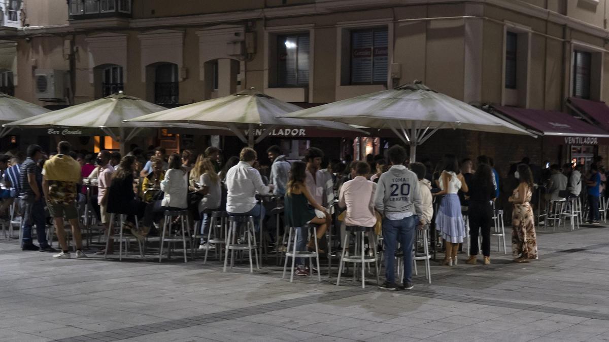 Clientes en terrazas en la plaza santanderina de Cañadío.