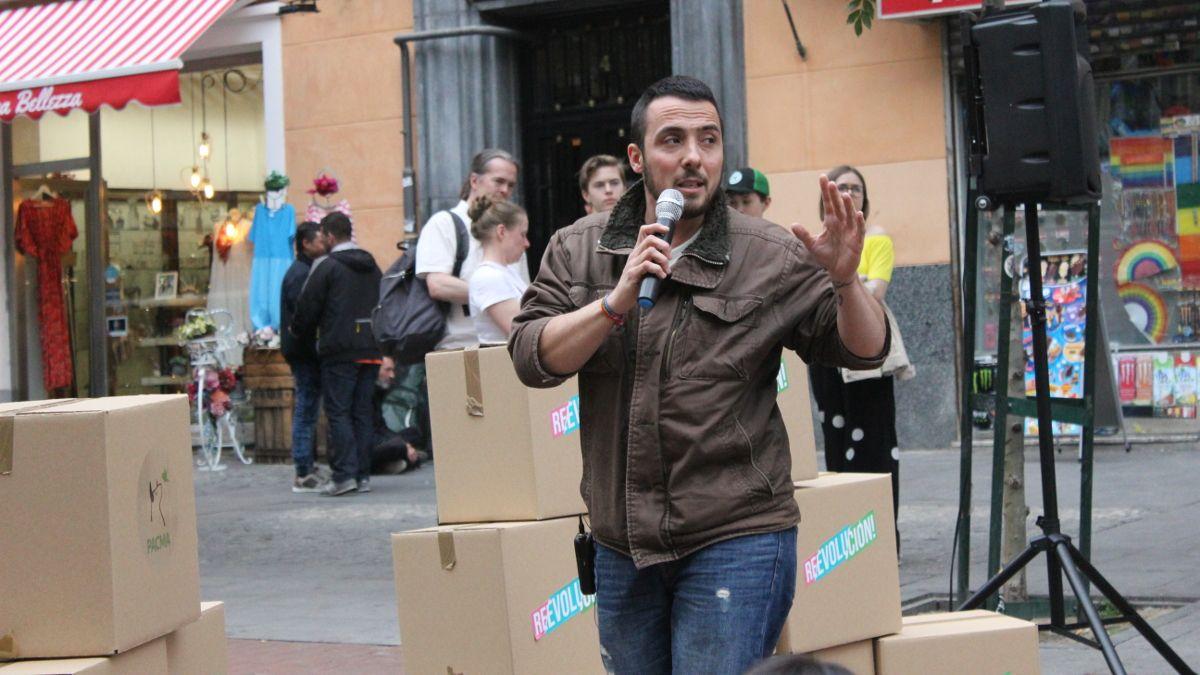 Hugo García en el acto electoral de PACMA en la Plaza de Chueca | SOMOS CHUECA