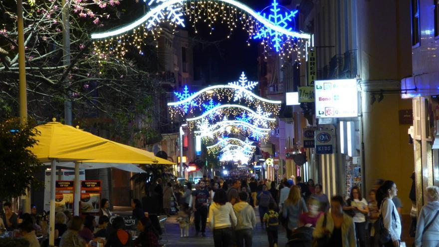 La calle Castillo de la capital tinerfeña con el alumbrado y adornos de Navidad