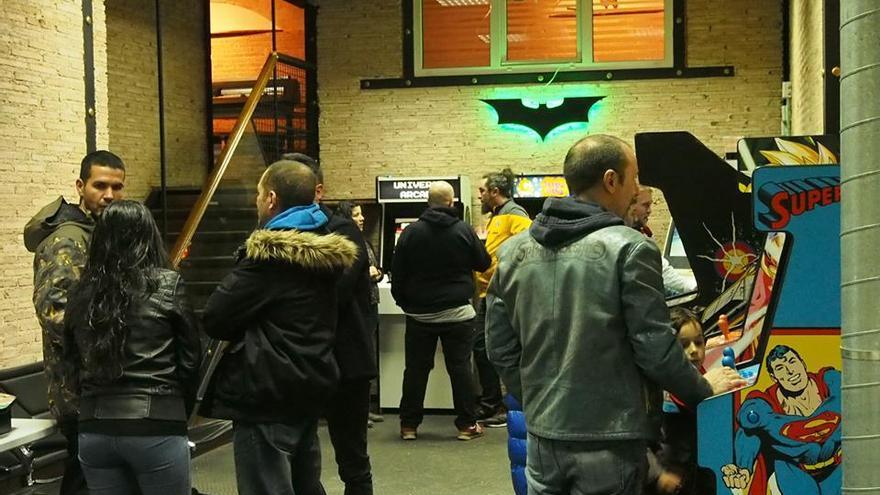 Enrique Ortiz tiene su taller de Universo Arcade en Madrid