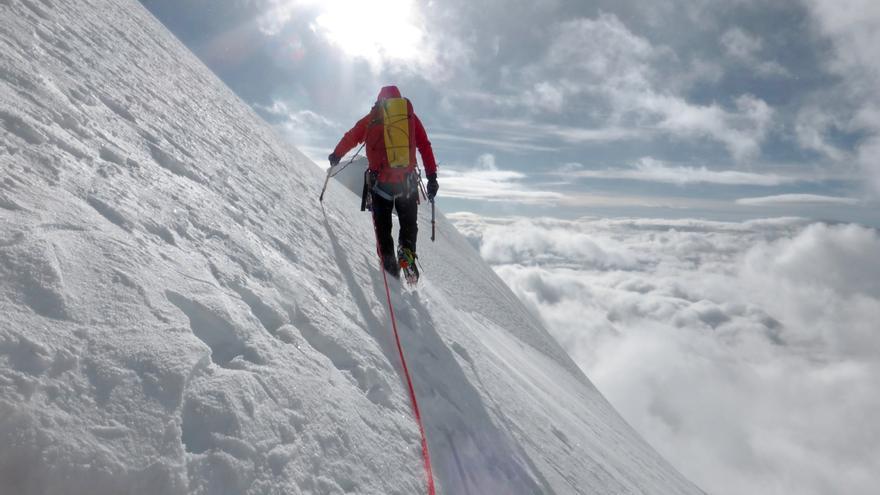 Paul busca el mejor camino para el descenso, siempre teniendo en cuenta la niebla que se extendía a sus pies.