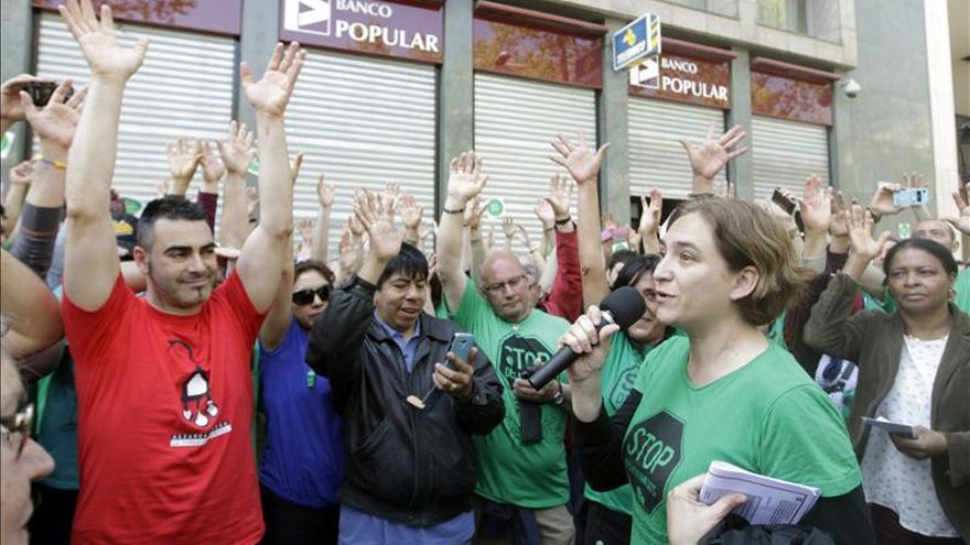 La PAH bloquea doce sucursales del Banco Popular en Barcelona