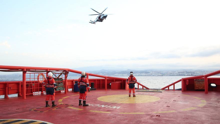 Simulación de rescate con helicóptero desde el remolcador Miguel de Cervantes.
