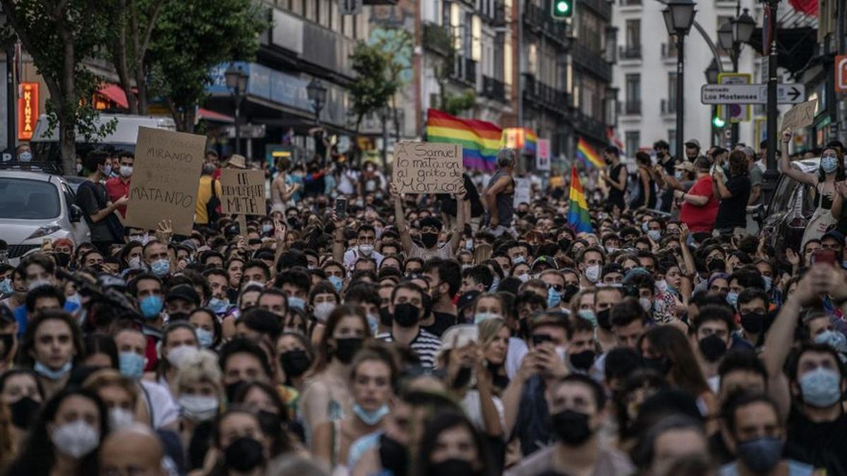 Miles de personas cortaron al tráfico la calle San Bernardo (Madrid) en la concentración por el asesinato de Samuel.
