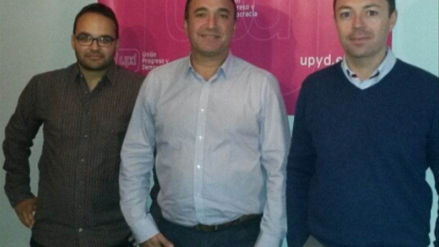 Jafet Barreto  (izquierda),  junto a José Luis García Morera, coordinador territorial de UPyD en Canaria, y  Juan Lledó, delegado del partido en La Palma.