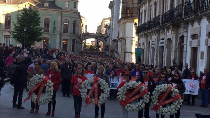La marcha, a su paso por la Plaza Mayor de Lugo / Que non cho rouben